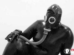 Frau mit Gasmasken Fetisch